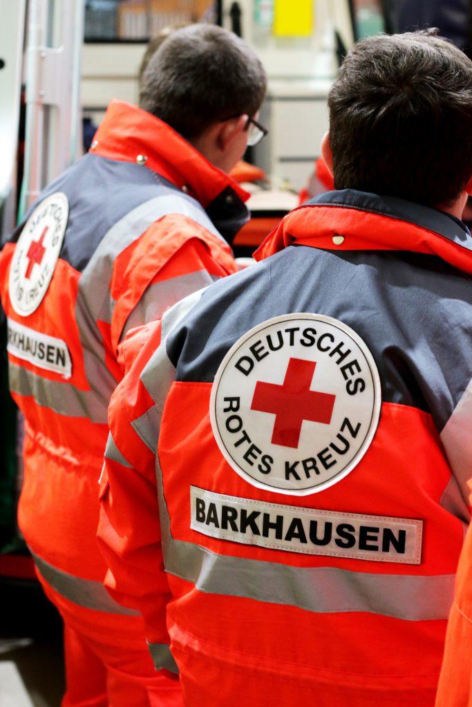 Helfer des DRK-Ortsverein Barkhausen e.V. vor einem Einsatzmittel stehend